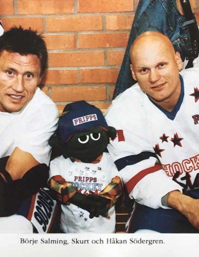 Jag stod i mål i veteranishockeylandslaget i en match för barncancerfonden. Här med mina backar Börje Salming och Håkan Södergren